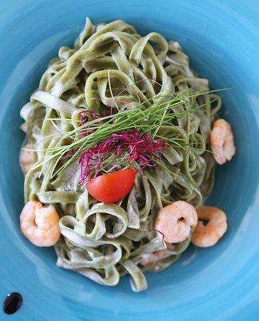 Antinov : Green pasta with shrimps