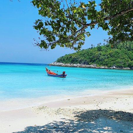 Ko Racha Yai, Thajsko: #อ่าวสยาม อีกหนึ่งสถานที่สวยงาม ที่อยู่บริเวณหมู่เกาะเกาะราชา เงียบสงบ บรรยากาศดีมาก เหมาะกับการมาพักผ่อนอย่างที่สุด  จองทริปกับเราได้ที่>> https://nonthasaktravel.com/