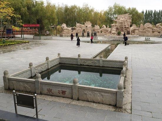 Jiuquan, China: 泉水仍湧動的史蹟  後方正中雕塑為霍去病