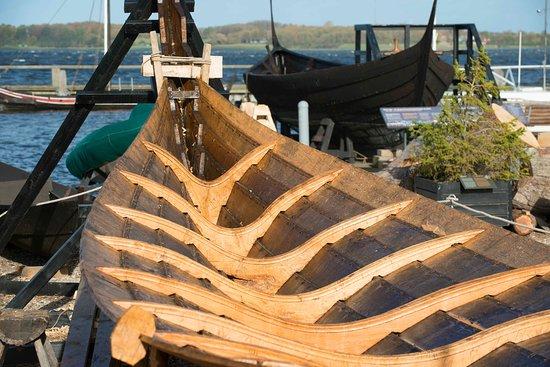 רוסקילדה, דנמרק: Boat building at the Viking Ship Museum. The Boat yard is open year round - during summer every day and during winter ( Oct. - April) Monday to Friday.