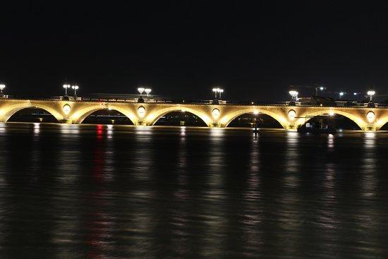Pont de Pierre at night