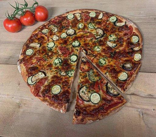 Saanen, Schweiz: Unser frischen Steinofen-Pizzen