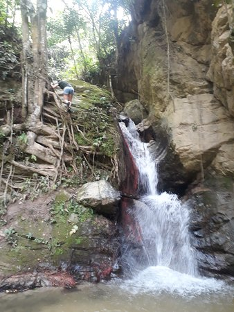 Panoramica de la cascada del Encanto 7 mts de altura y pozuelo ideal para chicos, Piedecuesta, Santander, Colombia, Suramérica.