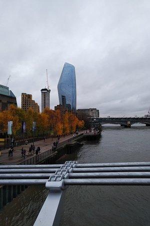 A bridge linking Shakespeare Globe/Tate Modern n St Paul's Cathedral
