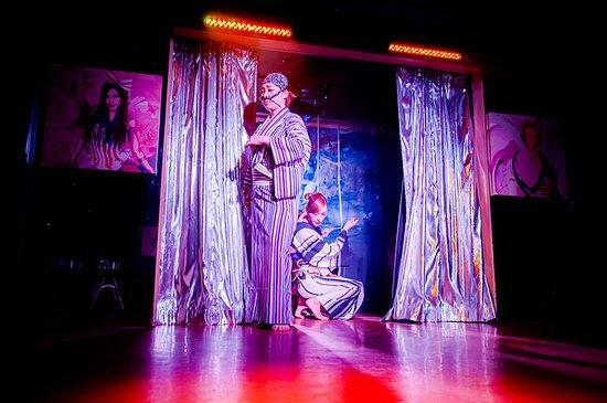 Kabukicho, Japón: 綺羅びやかに舞う、豪快に笑うショータイム!! 毎週火曜~土曜の2部制にて開催中‼ 1部:19:00~ 2部:22:00~