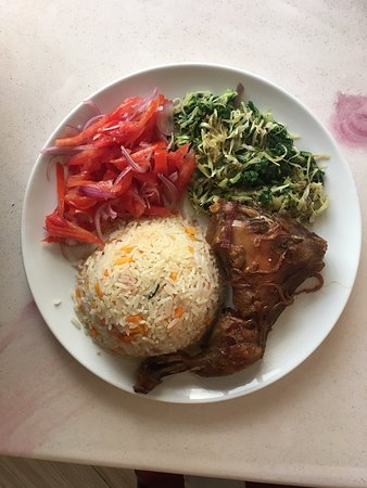Muranga, Kenia: Vegetable rice and Roas chicken with Mixed Vegetables and salsa