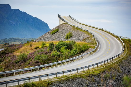 Averoy Municipality, นอร์เวย์: La Atlantic Road (Atlanterhavsveien in lingua norvegese, per noi Italiani Strada Altantica) è un tratto stradale di circa 8 chilometri, compreso tra le città norvegesi di Kristiansund e Molde. E' costruito su isolotti e scogli collegati da rialzi, viadotti e ponti che, lungo il loro tracciato tortuoso, creano prospettive molto bizzarre. Vi avventurereste a cuor leggero su questo ponte che sembra finire nel nulla, magari di sera e con un po' di nebbia?