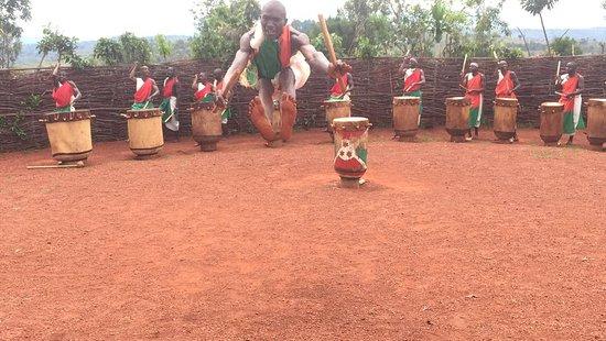 Si vous allez au Burundi et que vous ne voyez pas les tambourinaires ,les batteurs, vous n'avez pas vus le Burundi. C'est ce que nous disons souvent à nos visiteurs. Ne ratez pas ça  Your burundiguides is here for you   Nous contacter sur :   www.burundiguides.com
