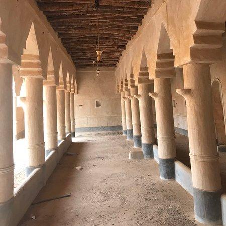 Al Majmaah, Saudi Arabia: مسجد الحزم في مدينة المجمعة المسجد قديم و مبني من الطين و الحجارة و خشب الأثل و النخيل يقع ضمن المدينة التراثية قريبا من قلعة المرقب على جبل منيخ