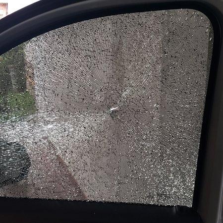 Córdoba, Argentina: Me reventaron un cristal  del vehículo  en autopista Cordoba- Jesús María  a la altura variante Juarez Celman. Me arrojaron  un objeto  mientras viajaba.