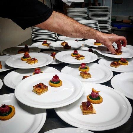 Cialde di polenta, salsiccia di Bra e cavolo nero. Frolla salata con tarerà di peperone.
