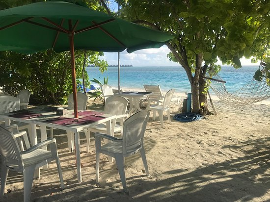 Dhifushi Island: Breakfast at the beach