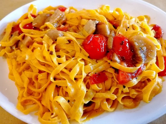 San Claudio, Italia: Tagliatelle funghi e pomodorini... Eccellenti 👏👏