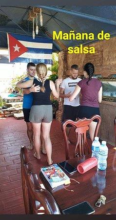 En la terraza practicando el baile que comenzaron el día anterior... salsa  !!!!!