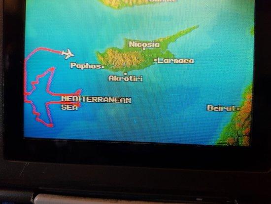 طيران إل عال الإسرائيلية: דרומית מערבית לקפריסין, כתרגיל מיוחד של הטיסה האחרונה, צייר הקברניט על מסכי המכם, את צורת המטוס הקשיש על שני מנועיו על כל כנף. זו היתה טיסה עם שמיניות באוויר כפשוטן. מסלול מיוחד שפעם השמש מימין ופעם משמאל. ארך למעלה משעה