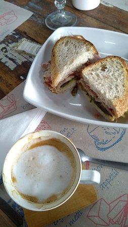 Uma bela xícara de café para degustar um sanduíche saboroso.