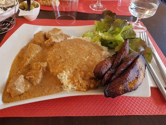 Mafé Boeuf accompagné de riz, salade verte et bananes plantain