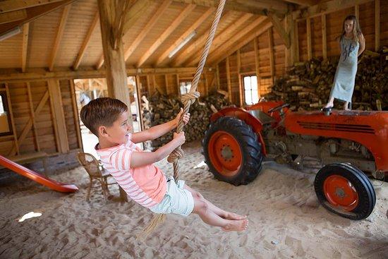Lemele, Nederland: Hooiberg met tractor om te spelen