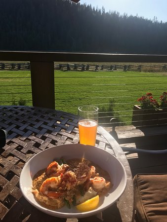 Mill Creek, Kalifornie: Shrimp & Grits on the Patio, along with a Fresh Haze IPA.
