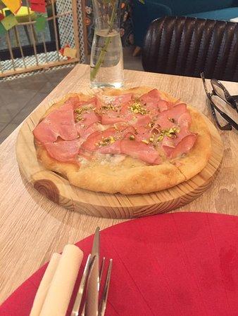 Pizza in teglia mortadella, granella di pistacchi e gorgonzola
