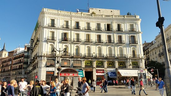 Madrid, España: Great hotel location, located in the center of Sol Square which is always full of tourists, street shows and attractions, very close to every area