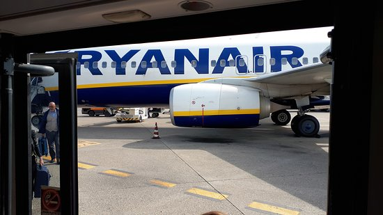Ryanair: Airplane from arrivals transfer bus