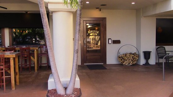 Bonefish Grill: Entrance with some outside tables