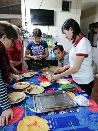 Gite Nam Hien: Die Tochter des Hauses (Chefin?) beim Kochen mit den Gästen