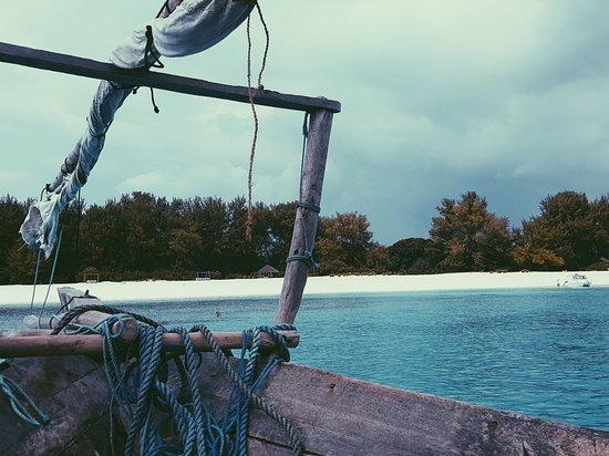 Мнемба, Танзания: Mnemba. Isola privata dove non è possibile scendere. Ma ne vale la pena per lo snoerkling. Anche se la giornata non era splendida è stata un esperienza meravigliosa.