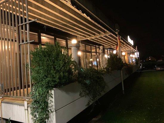 Kronau, Deutschland: hell erleuchtete Glasfront - sehr einladend!