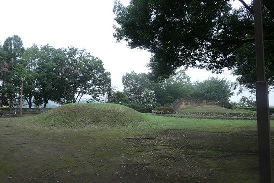 公園の奥には南高原1号古墳、片山1号古墳がありました。