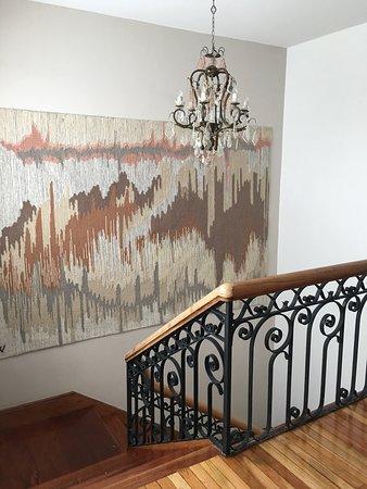 Uno de los detalles más divinos de la casa es este tapiz en la escalera