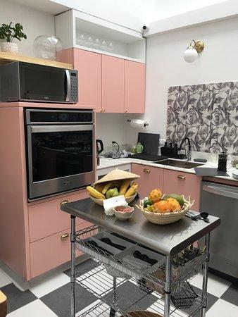 La cocina parece como de cuento y está provista de snacks todos el día