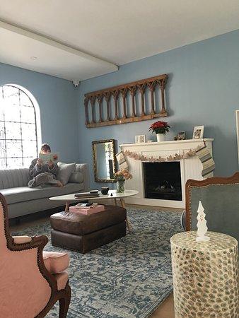 La sala donde uno puede sentarse a leer un libro como si estuviera en su propia casa