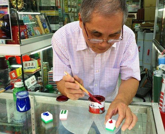 Azulejos Mahjong tallados a mano: Master tile carver painting tiles