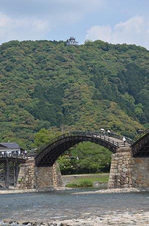 錦帯橋越しに岩国城を臨む