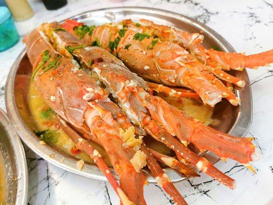 清蒸龙虾 原来JOHOR就可以吃到龙虾,来自四湾岛的本地龙虾,龙虾喜欢生活在海沙,JOHOR边佳兰属于南中国海的位置,很适合龙虾生长,因此有着龙虾故乡之称,我们采用最简单的清蒸和辣椒蒜米清蒸,因为这样才能吃出龙虾最原始的鲜甜,尤其是经过清蒸后的汤汁和龙虾膏,可以算得上是海鲜中的极品了,肉质肥美弹牙,鲜嫩的口感,加上那个环绕在嘴里的鲜味,只是用眼睛看就可以流口水了(对海鲜敏感的朋友要多加注意哦)