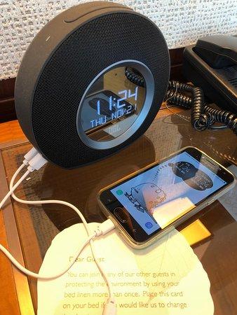 床頭鬧鐘附兩個USB 插頭方便在床邊充電。 The gadget on bedside provided 2 USB port for charging your phone/tablet.