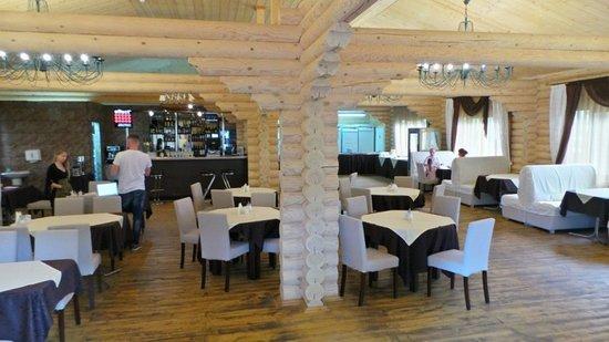 Кафе «Шато» стилизовано под деревенский сруб, где обстановка напоминает домашнюю.