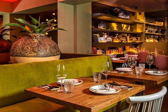 El premiado estudio de arquitectura FREEHAND ARQUITECTURA ha sido el encargado de realizar un diseño en exclusiva para IZTAC en el que tradición y vanguardia reflejan fielmente nuestra cocina.