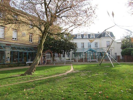 Arrière de la bibliothèque André Malraux et de l'Hôtel d'Anglemont