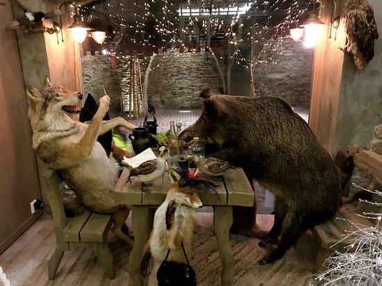веселая экспозиция на входе в ресторан