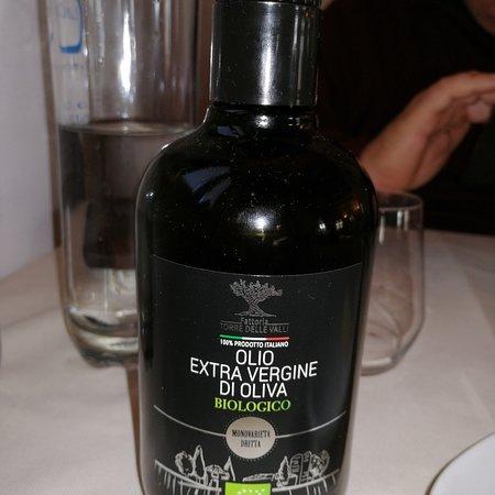Su ogni tavolo trovi una bottiglia di olio d'oliva extravergine proveniente dalla fattoria di Civitella Casanova (PE) da gustare con il pane fatto da loro... Buonissimo!