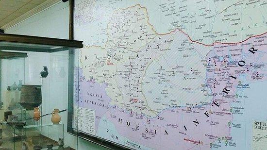 diversos mapas antiguos y utensilios de la época