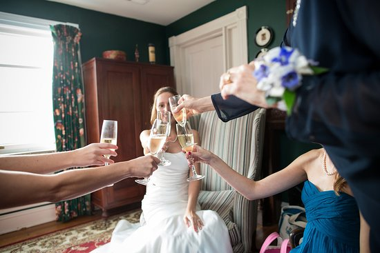 Our Kensington Room is a great suite for a bridal party or groomsmen to get ready!