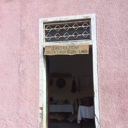 Gadoni una casa da visitare dove si lavora la lana e la sera Sardegna