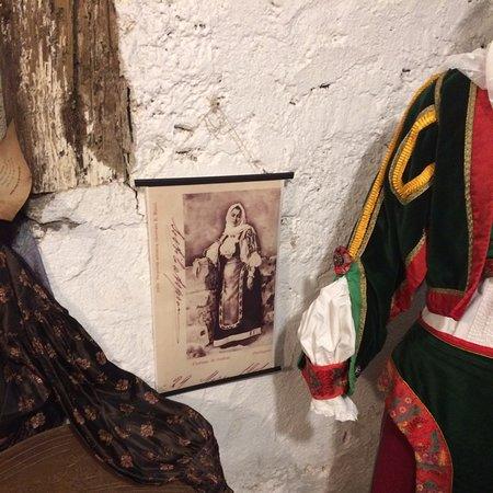 Gadoni (Nuoro) Nella ricorrenza della giornata delle case aperte in una vecchia casa ancora ben conservata si ammirano vecchi costumi dell'epoca fine 1800 circa