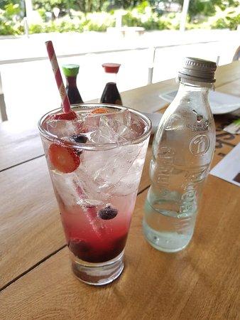 Soda Berry Nice con almibar, fresas y arándanos.