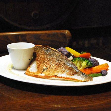 Filet de daurade Bio grillé, Émulsion au wasabi et basilic, poêlée de légumes de saison