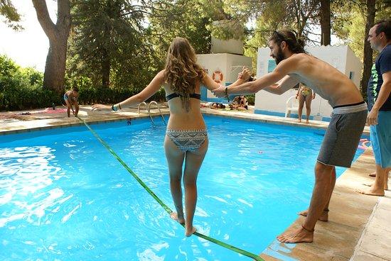Slack line sobre la piscina